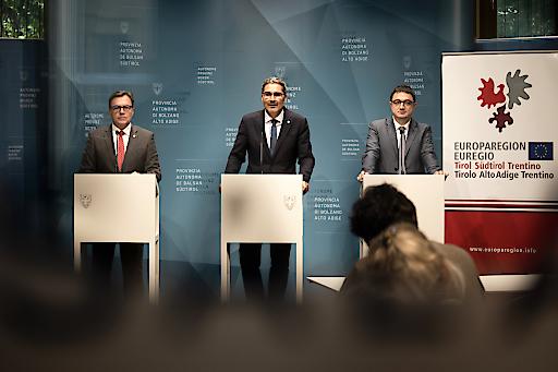 Pressekonferenz im Anschluss an die EVTZ-Sitzung (v.li.): LH Günther Platter, LH Arno Kompatscher (Südtirol) und LH Maurizio Fugatti (Trentino).