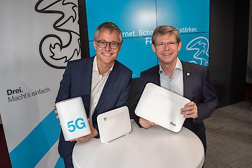 https://www.apa-fotoservice.at/galerie/20627 Im Bild von vLnR: Jan Trionow, CEO Hutchison Drei Austria und Rudolf Schrefl, CCO Hutchison Drei Austria mit den neuen Modems.
