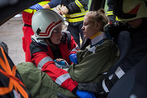 Die Schwerpunkte der diesjährigen Bundesübung der MALTESER Austria in Steyregg umfassten pädiatrische Notfälle, die Versorgung nach Schussverletzungen, die Rettung von Personen aus verunfallten Fahrzeugen sowie die Erstbehandlung von Erdbebenopfern. Mehr als 40 Rollenspieler, darunter zahlreiche Kinder, sorgten für einen möglichst realistischen Übungsablauf. Die Schwerpunkte der diesjährigen Bundesübung der MALTESER Austria in Steyregg umfassten pädiatrische Notfälle, die Versorgung nach Schussverletzungen, die Rettung von Personen aus verunfallten Fahrzeugen sowie die Erstbehandlung von Erdbebenopfern. Mehr als 40 Rollenspieler, darunter zahlreiche Kinder, sorgten für einen möglichst realistischen Übungsablauf.