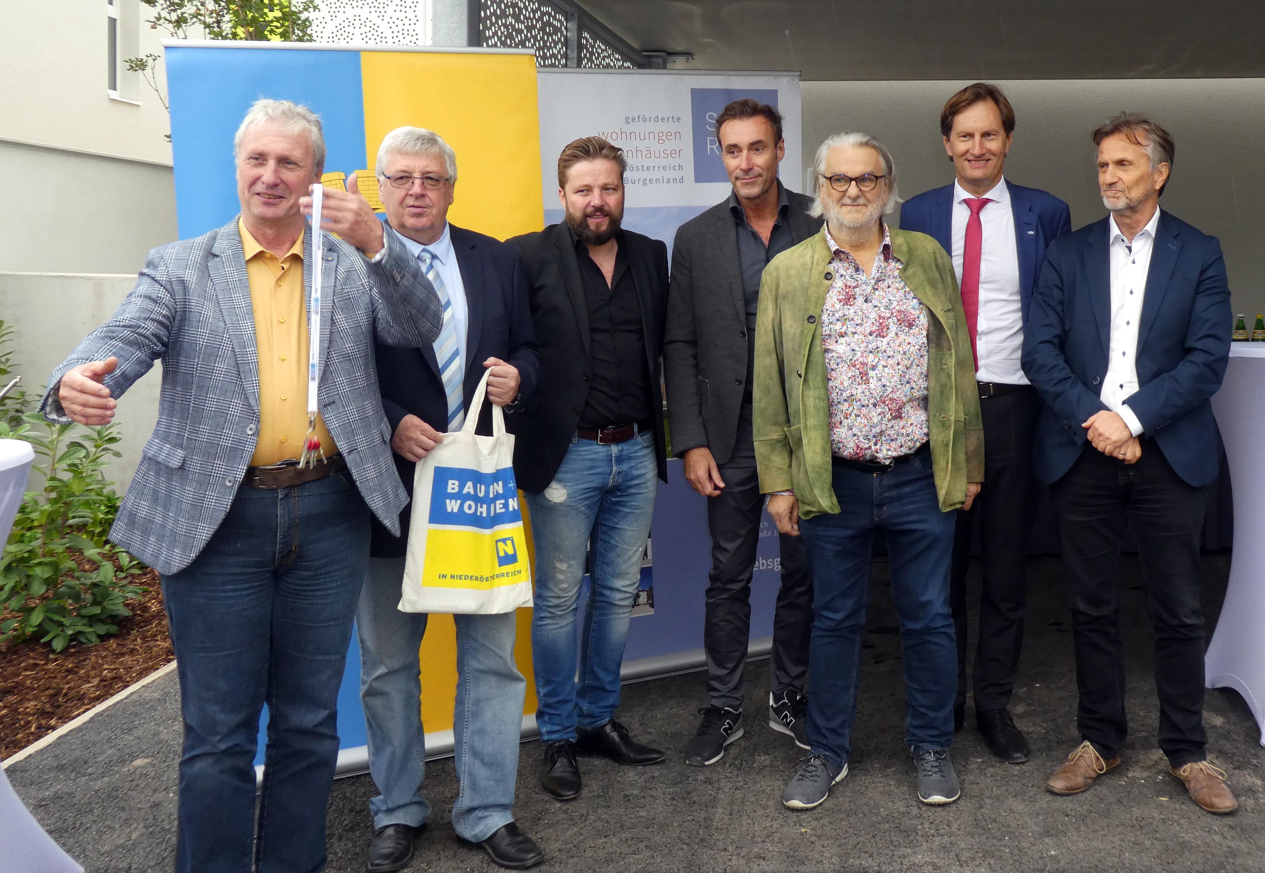 Der Bauträger Südraum/EBSG überreicht gemeinsam mit Bürgermeister Zwierschitz, Landtagsabgeordnetem Schödinger und den Projektpartnern die Schlüssel zu den neuen Reihenhäusern.