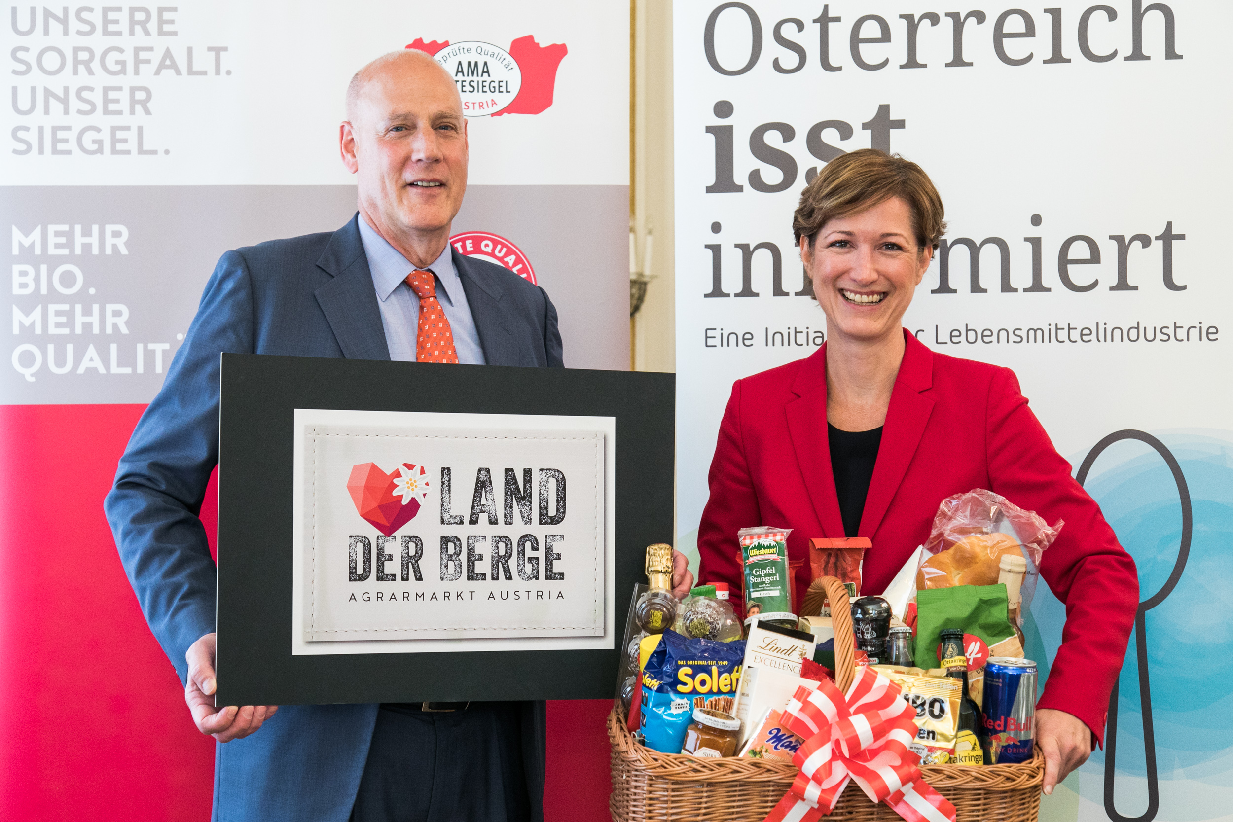 https://www.apa-fotoservice.at/galerie/20739 Im Bild v.l.n.r.: Michael BLASS (AMA-Marketing), Katharina KOSSDORFF (Fachverband der Lebensmittelindustrie)