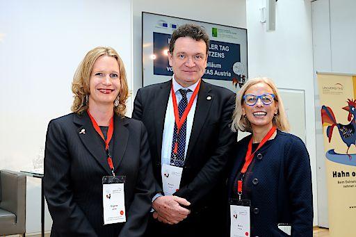 Dagmar Jenner und María Palma (rechts), Präsidentin und Generalsekretärin von UNIVERSITAS Austria, mit Kevin Quirk, Präsident des Dachverbandes der Übersetzungsverbände FIT