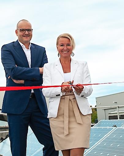Thomas Stadlhofer, Vorstandsvorsitzender Frauenthal Service AG, und Beatrix Ostermann, Vorstand Frauenthal Service AG, eröffnen die neue Photovoltaik Anlage am Firmenstandort Perchtoldsdorf.