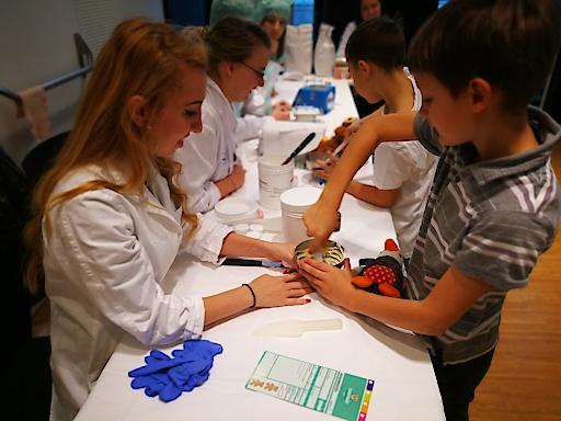 """""""TeddyPharmies"""" und """"TeddyDocs"""" kümmern sich gemeinsam mit den Kindern um ihre kuscheligen PatientInnen."""