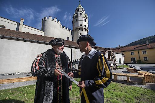 Erzherzog Ferdinand II. von Tirol (links) mit dem Haller Münzmeister vor dem Historischen Wasserantrieb der Münze Hall. Jedes der detailgetreuen Wasserräder hat einen Durchmesser von 5,50 Meter.