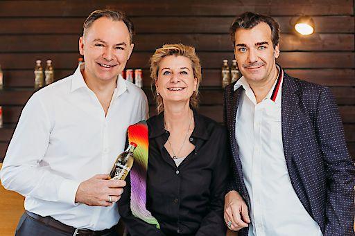 Almdudler Geschäftsführer Gerhard Schilling (links) und die Almdudler Eigentümer Michaela und Heribert Thomas Klein (rechts)
