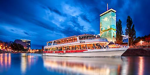 Die MS Wien auf dem Donaukanal