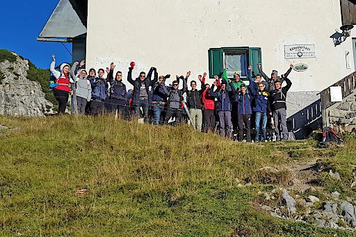 """HARTL HAUS Team: Lehrlinge und Ausbilder bei der gemeinsamen Bergwanderung zum """"Admonter Haus"""" in den Ennstaler Alpen"""