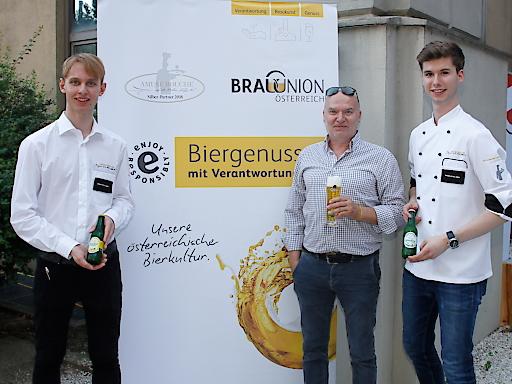 Verantwortungsvoller Konsum ist ein wichtiges Gesprächsthema während des gesamten Wettkampfes, auch bei (v. l.) Lukas Horch (Grand Hotel Wien, Top-Lehrling Service), Walter Skalnik (Brau Union Österreich) und Kevin Stummer (Grand Hotel Wien, Top-Lehrling Küche).