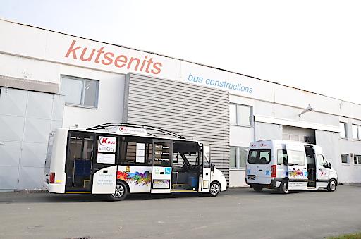Ausstellungsfahrzeuge Busworld Brüssel vor Fabrik