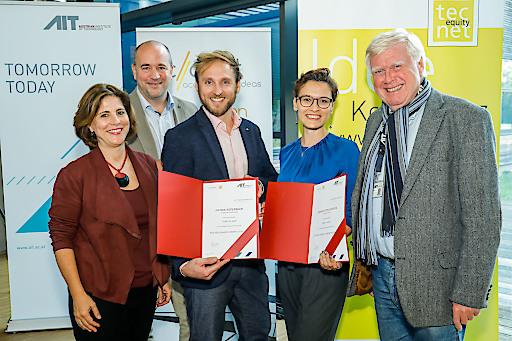 Die GewinnerInnen des diesjährigen Poster Awards Ksenia Poplavskaya (Center for Energy) und Patrik Aspermair (BioSensor Technologies) mit Managing Director Wolfgang Knoll und Doris Agneter (Geschäftsführerin tecnet equity) sowie Michael Moll (Geschäftsführer accent) BU:
