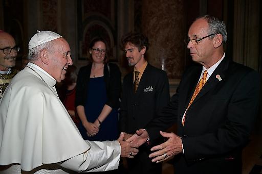 Papst Franziskus begleitet von Kardinal Czerny SL begrüßt Prof. Dr. Peter A. Bruck zum Gespräch über Syrisches Projekt Salzburg in Privataudienz