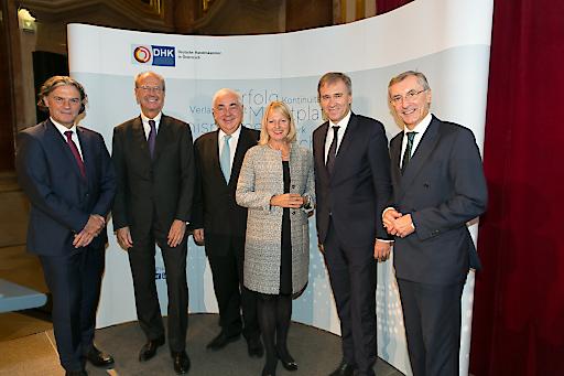 Der neue DHK Präsident Hans Dieter Pötsch (2.v.l.) mit (ganz links) Harald Pflanzl (BASF Österreich) und weiter v.l.n.r. Walter Rothensteiner (Österr. Raiffeisenverband), Elisabeth Hintermann (Mühldorfer GmbH & Co KG), Christian Jauk (Capital Bank -Grawe Gruppe AG) und Thomas Birtel (Strabag SE).