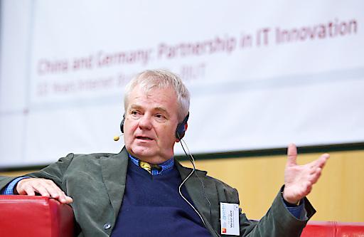 """Prof. Zorn berichtet im Interview darüber, wie es überhaupt zur ersten deutschen E-Mail kam und wie sich diese von heutigen E-Mails unterscheidet. Foto: HPI/K. Herschelmann / Weiterer Text über ots und www.presseportal.de/nr/22537 / Die Verwendung dieses Bildes ist für redaktionelle Zwecke honorarfrei. Veröffentlichung bitte unter Quellenangabe: """"obs/HPI Hasso-Plattner-Institut/KAY HERSCHELMANN"""""""