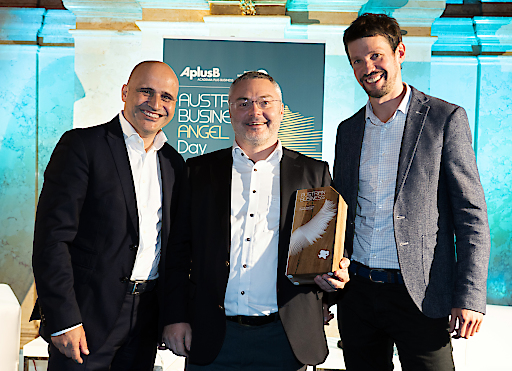 Business Angel of the Year 2019 Markus Ertler gemeinsam mit aws Geschäftsführer Bernhard Sagmeister (li.) und dem Business Angel of the Year 2018 Lukas Püspök.