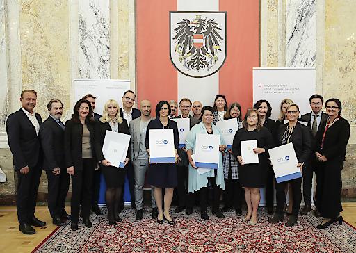 Gruppenbild mit Vertretern der zertifizierten Einrichtungen. Qualitätszertifikat für Vermittlungsagenturen 24-Stunden Betreuung.