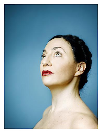 Die Schauspielerin und Sängerin Tamara Stern spielt an sechs Abenden das Ein Frau-Musical LOLA BLAU in den Häusern zum Leben.