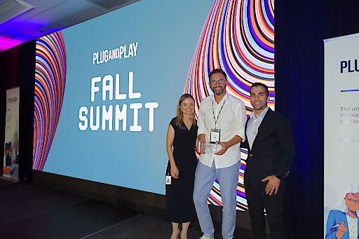 "Festakt im Silicon Valley: ""Innovations-Award 2019"" für Energie Steiermark. Verleihung durch Wade Bitaraf (re.) und Marit Iyngbaek (""Plug and Play"") an Innovations-Chef Thomas Wiedner (Mitte)."