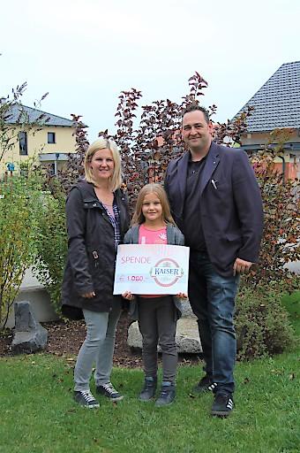 Spendenübergabe (v. l.): Nadja und Philomena Heigl mit Ralf Schweighofer, Gebietsleiter Lebensmittelhandel Region Ost der Brau Union Österreich.