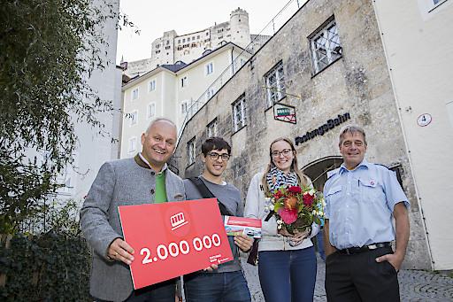 Christian Wörister, Geschäftsführer Salzburg AG Tourismus Management GmbH und Josef Füssl, Betriebsleiter FestungsBahn freuten sich über die Jubiläumsgäste Julie Rouiller und Damien Vonlanthen aus Fribourg in der Schweiz.