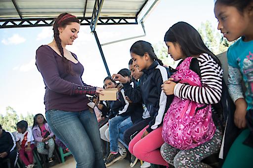 Julia Zotter zu Besuch im Norden Perus: Die Tochter des Chocolatiers konnte sich bei den Ziegeleien in Cajamarca selbst ein Bild von dem Kindernothilfe-Projekt für Kinderarbeiter machen.