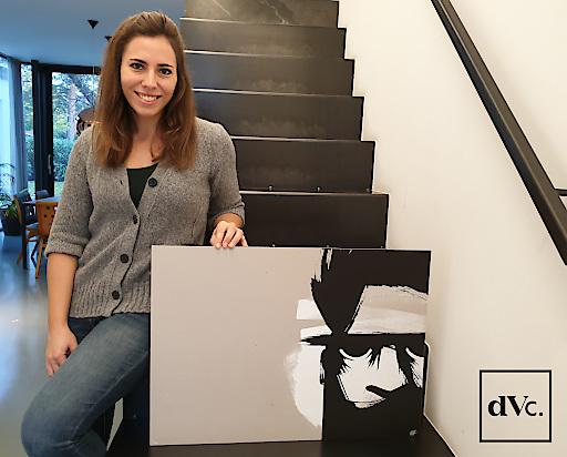 Lisa Patek mit einem Kunstdruck des Street Art Künstlers GOLIF