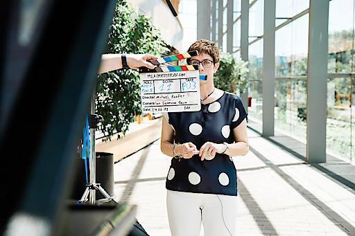 """Annegret Kramp-Karrenbauer beim Dreh mit Masterplan.com. Weiterer Text über ots und www.presseportal.de/nr/132059 / Die Verwendung dieses Bildes ist für redaktionelle Zwecke honorarfrei. Veröffentlichung bitte unter Quellenangabe: """"obs/Masterplan.com/© Maspterlan.com"""""""