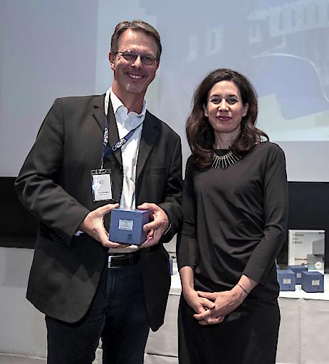 Begeistert nahm Stefan Siemers, Direktor Forschung und Entwicklung bei BECK, die Auszeichnung für LIGNOLOC von Dr. Marcella Prior-Callwey entgegen.