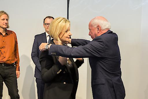Feierliche Übergabe der Amtskette von Reinhard Kannonier an Brigitte Hütter (im Hintergrund zu sehen: die Vizerektoren Frank Louis und Erik Aigner (v.l.))