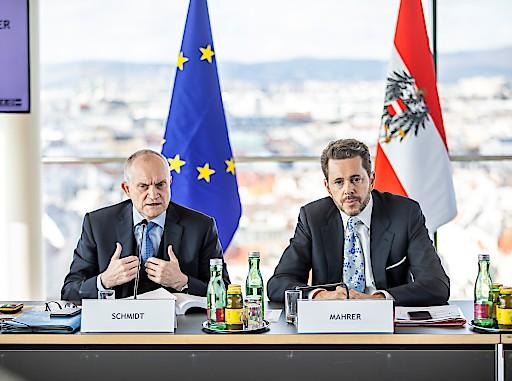 WKÖ-Präsident Harald Mahrer und Prof. Dr. Christoph M. Schmidt am Podium des Konjunkturgipfels der Wirtschaftskammer.