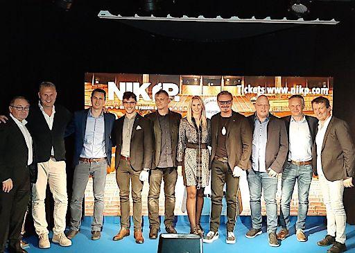 Im Bild v.l.: Sepp Adlmann (GF Adlmann Promotion), Michael Poot (GF Travel Partner - Buspaketpartner), Mag. Patrik Weitzer (GF Veranstalter GEO Reisen), Edward Mauritius Münch (Dirigent), Josef Düregger (Pianist, Arrangements & langjähriges Bandmitglied), Karin Candussi (Lebensgefährtin von NIK P.), NIK P. (Nikolaus Presnik), Ralf Tonitz (Tourmanager), Georg Steiner (Travel Partner), Robert Stepar (Showpartner und Technik-Chef)