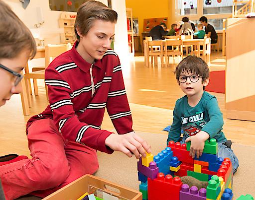 Kindergärtner mit Kind beim Spielen