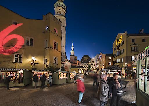 Stimmungsvoller Advent in Hall in Tirol: Der bunte Adventkalender an den denkmalgeschützten Häuserfassaden verleiht der Altstadt ein besonderes Flair.