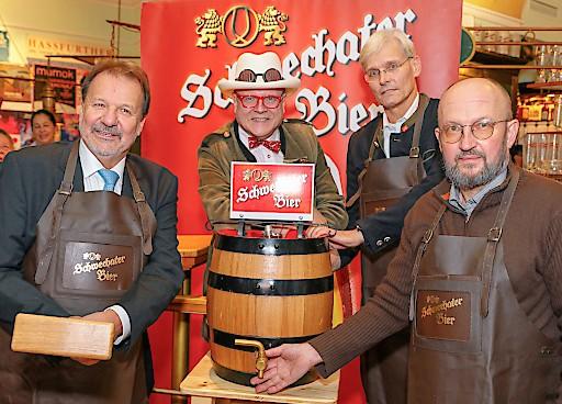 """Bieranstich mit dem Schwechater Zwickl: Harald Leupold vom Restaurant """"Zum Leupold"""", Bierpapst Conrad Seidl, Schwechater Braumeister Andreas Urban, Gerhard Müller vom Gasthaus """"Zum Holunderstrauch"""""""