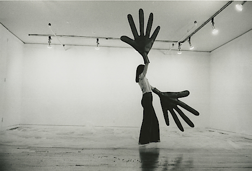 Sylvia Palacios Whitman performing Green Hands (1977), Foto: Babette Mangolte