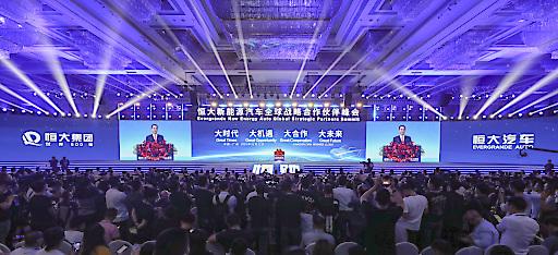 Evergrande hielt am 12. November in Guangzhou, der Hauptstadt der südchinesischen Provinz Guangdong, einen globalen NEV-Gipfel über strategische Partnerschaften ab.