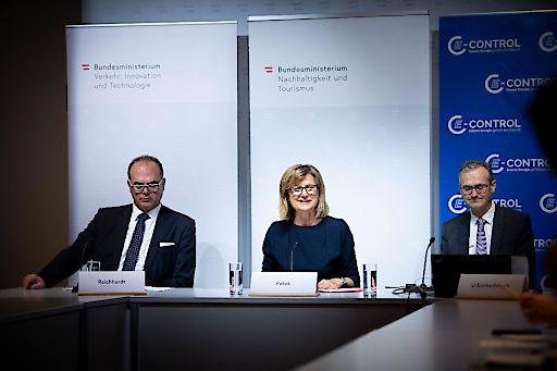BM Patek, BM Reichardt und E-Control Vorstand Urbantschitsch präsentieren das Online-Ladestellenverzeichnis