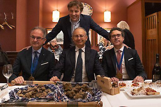 Die Trüffel Delegation - Der Italienische Ministro Consigliere Marco di Ruzza ehrt die Prämierung mit seiner Anwesenheit