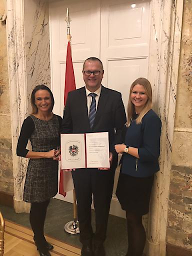 Gemeinsam mit Angelika Mascherbauer (l.) und Sabina Schatzl-Huemer (r.) nahm Martin Gruber, HR-Director der Brau Union Österreich, die Auszeichnung bei der Verleihung in Wien entgegen