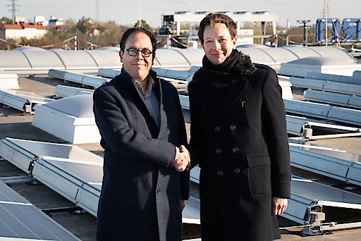 Xavier Plotitza, CEO von METRO Österreich (li.) mit Karl Gruber, Geschäftsführer von Wien Energie auf dem Dach des METRO Großmarktes Simmering.