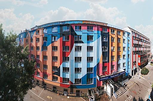 Die bunte Fassade des a&o Hostel Wien Hauptbahnhof im Sonnwendviertel