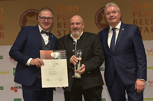 Braumeister Christian Mayer (Mitte) nahm die Auszeichnungen der Edelweiss-Biere von Georg Rittmayer (l.), Präsident der Privaten Brauereien Bayern e.V. und Detlef Projahn (r.), Präsident der Privaten Brauereien Deutschland e. V. entgegen.