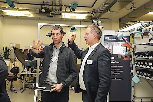 Teilnehmer beim Ausprobieren neuester Technologien