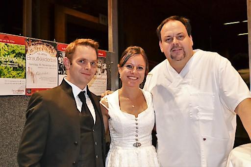 Veranstalter Gerhard Angerer mit dem Brautpaar Gertraud und Daniel