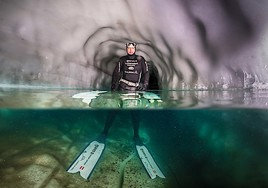 Weltrekord im Zillertal: Freitaucher bezwingt Eisschacht am Hintertuxer Gletscher