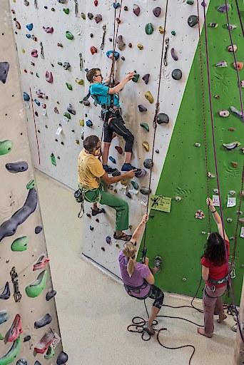 Ausgebildete Mentoren mit Klettererfahrung leiten die Treffen, die mittlerweile im Rahmen einer Tour in zahlreichen Kletterhallen in Österreich stattfinden.