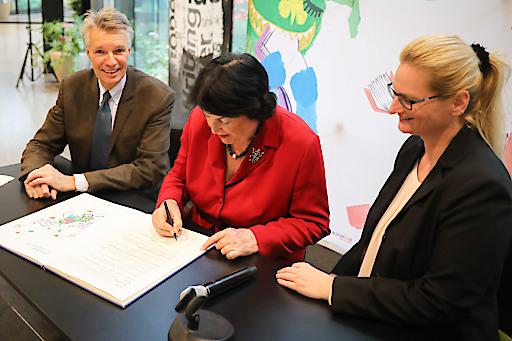 BILD zu OTS – Eva Nowotny, Rüdiger Salat, Lydia Grünzweig bei der Unterzeichnung der Europe Reads Petition beim Großen Vorlesetag 2019 im Erste Campus