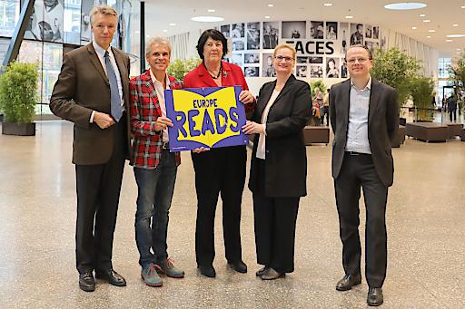 Rüdiger Salat, Thomas Brezina, Eva Nowotny, Lydia Grünzweig und Philip List bei der Unterzeichnung der Europe Reads Petition beim Großen Vorlesetag 2019 im Erste Campus