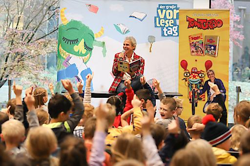 Thomas Brezina liest beim Großen Vorlesetag im Erste Campus mit insgesamt 250 Kindern