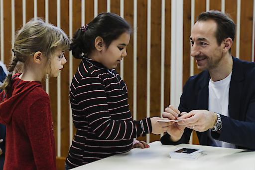 Manuel Ortlechner verteilt Teilnahmeurkunden an die Kinder der VS Laar Berg Straße